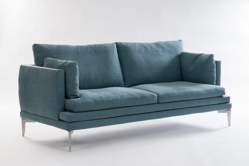 Divano su progetto luke. divano moderno in tessuto.